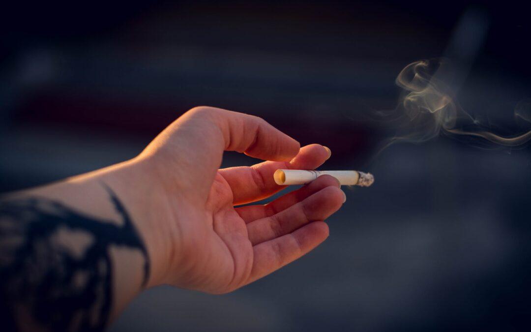 Fumatul țigărilor clasice și electronice – ce efect are asupra sănătății tale orale?